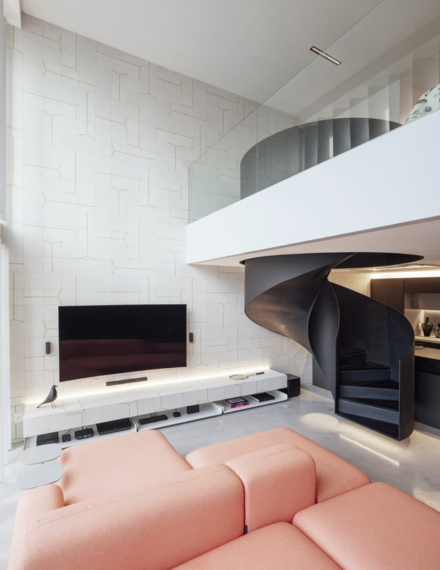 Loft de 68 m² surpreende com paleta minimalista e mix de materiais (Foto: FOTOS CRISTIANO BAUCE)