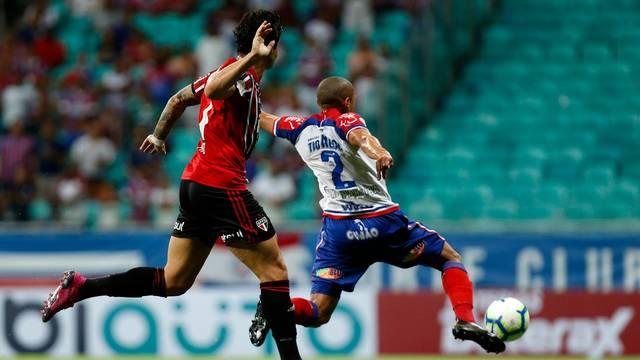 Pato disputa a bola com Nino Paraiba