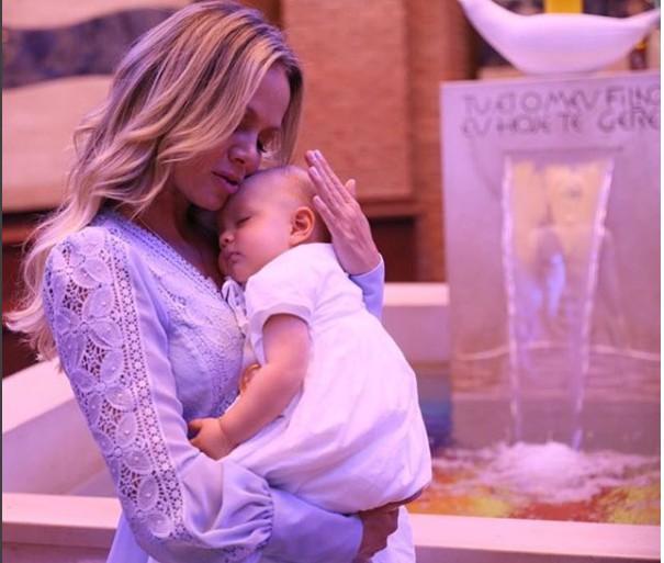 Eliana com a filha Manuela durante a cerimônia de batizado  (Foto: Thalita Castanha)