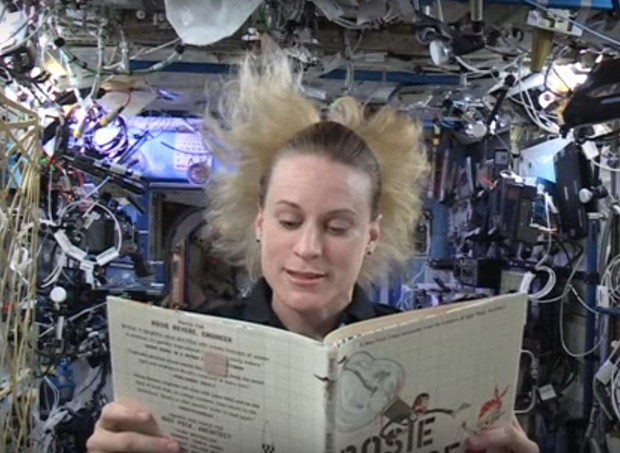 Astronautas leem histórias para as crianças (Foto: Reprodução/Youtube)