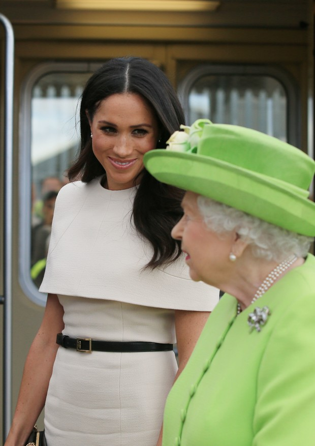 RUNCORN, CHESHIRE, ENGLAND - JUNE 14:  Queen Elizabeth II and Meghan, Duchess of Sussex arrive by Royal Train at Runcorn Station to open the new Mersey Gateway Bridge on June 14, 2018 in the town of Runcorn, Cheshire, England. Meghan Markle married Prince (Foto: Getty Images)