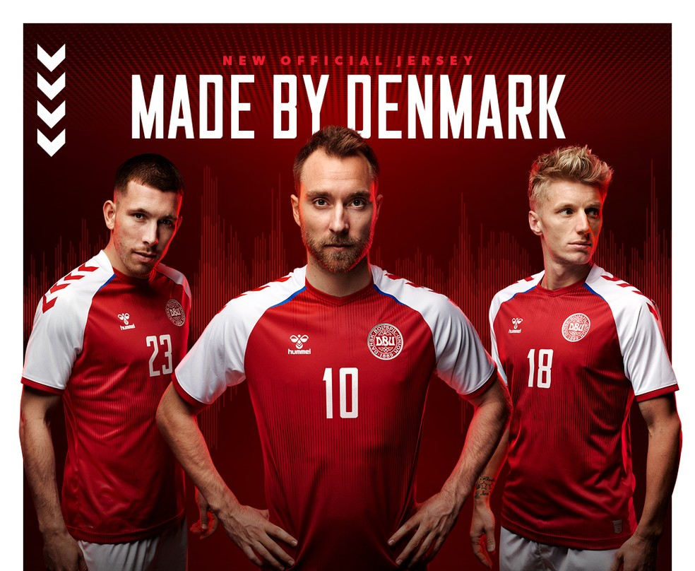 Christian Eriksen (centro) posa com a nova camisa principal da Dinamarca — Foto: Divulgação/Hummel