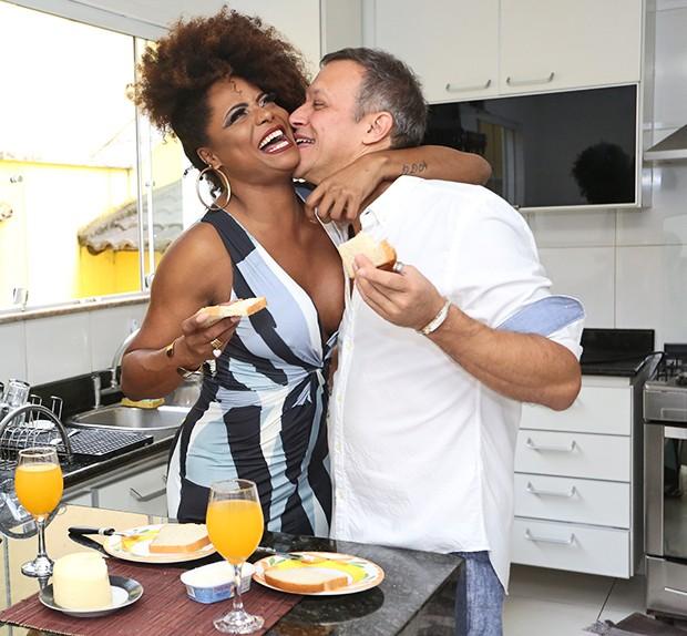 Adriana Bombom com o noivo, Adrien Cunha (Foto: Reginaldo Teixeira / Ed. Globo)