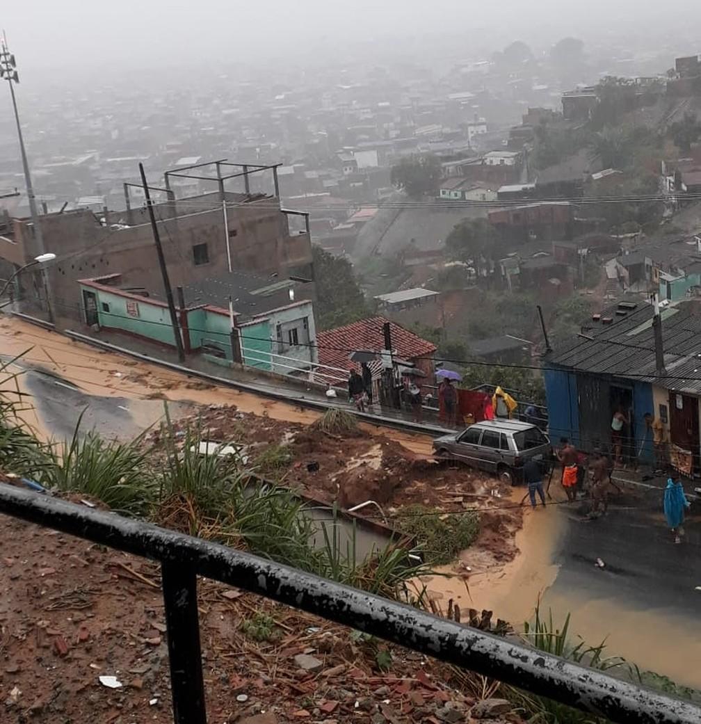 Desmoronamento de terra na Ladeira do Cacau, em Salvador — Foto: Rogério Silva/Arquivo pessoal