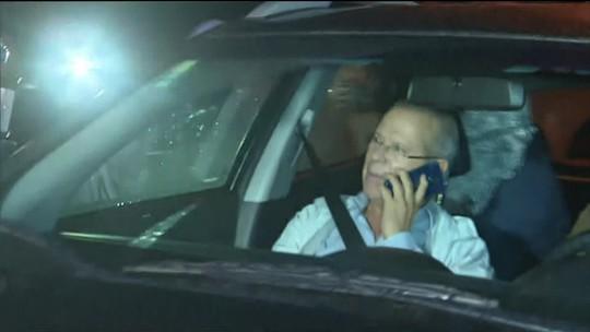 Dirceu se entrega à Polícia Federal em Curitiba