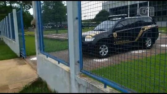 Acir Gurgacz deixa sede da PF no PR e segue para Brasília