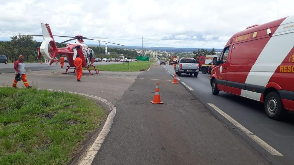 Bombeiros do DF atendem vítimas de acidente com ônibus na BR-020 — Foto: PRF/Divulgação