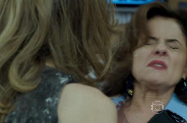 Cena em que Larissa (Grazi Massafera) cospe em Fanny (Marieta Severo) (Foto: Reprodução)