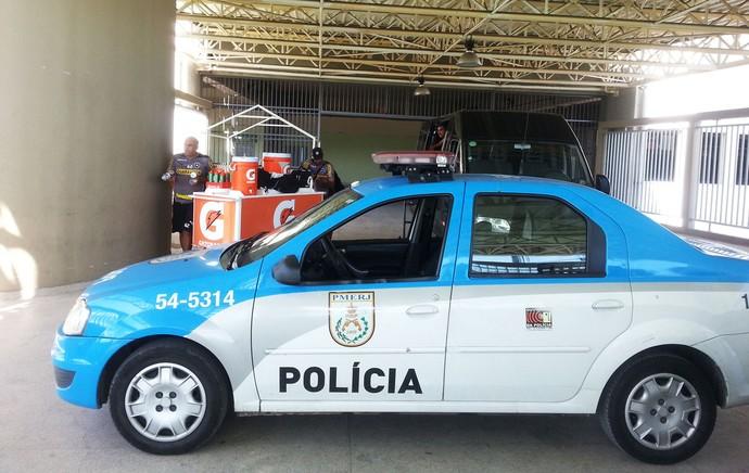 Carro de polícia no Engenhão (Foto: Thales Soares)