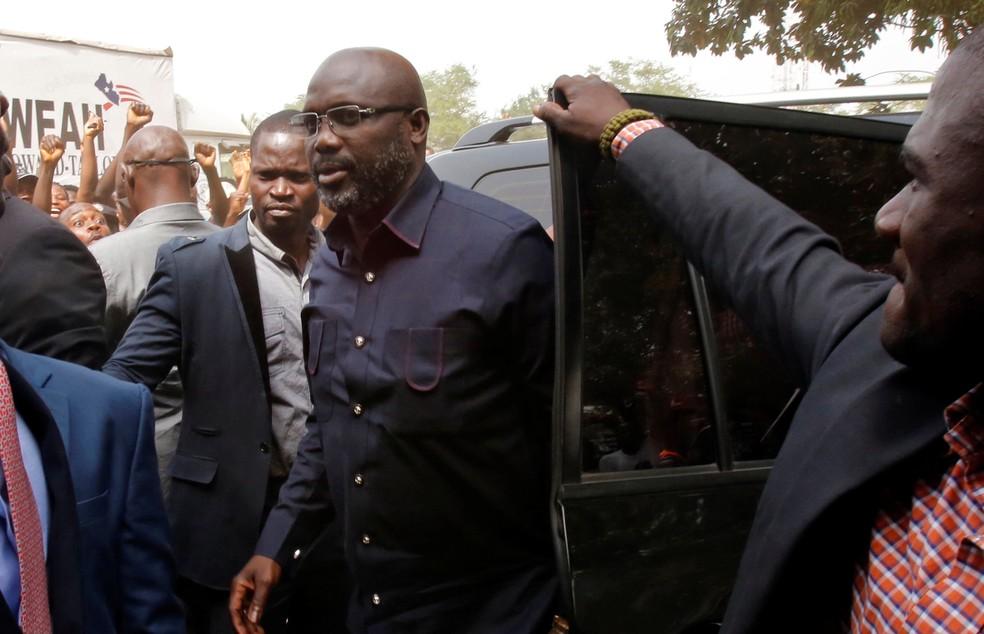 George Weah chega a sede de seu partido em Monróvia, capital da Libéria, em 27 de dezembro (Foto: Thierry Gouegnon/Reuters)