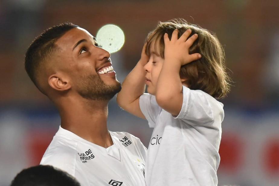 Jorge, do Santos, ganha amigo torcedor após jogo em Salvador, se emociona e recebe visita no CT