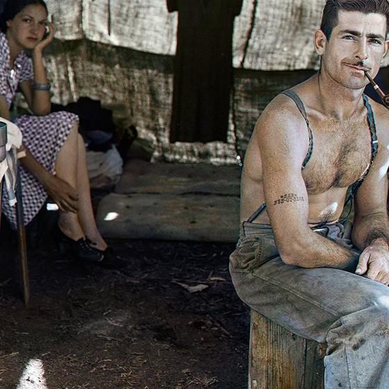Desempregado com sua mulher em uma colheita de feijão (Foto: COLORIZADAS POR MARINA AMARAL)