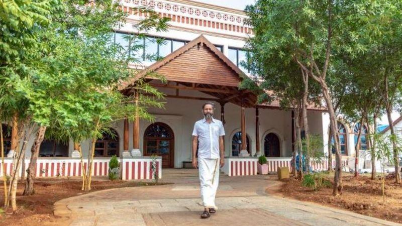 Sridhar na frente de sua casa no sul da Índia (Foto: ZOHO CORP)