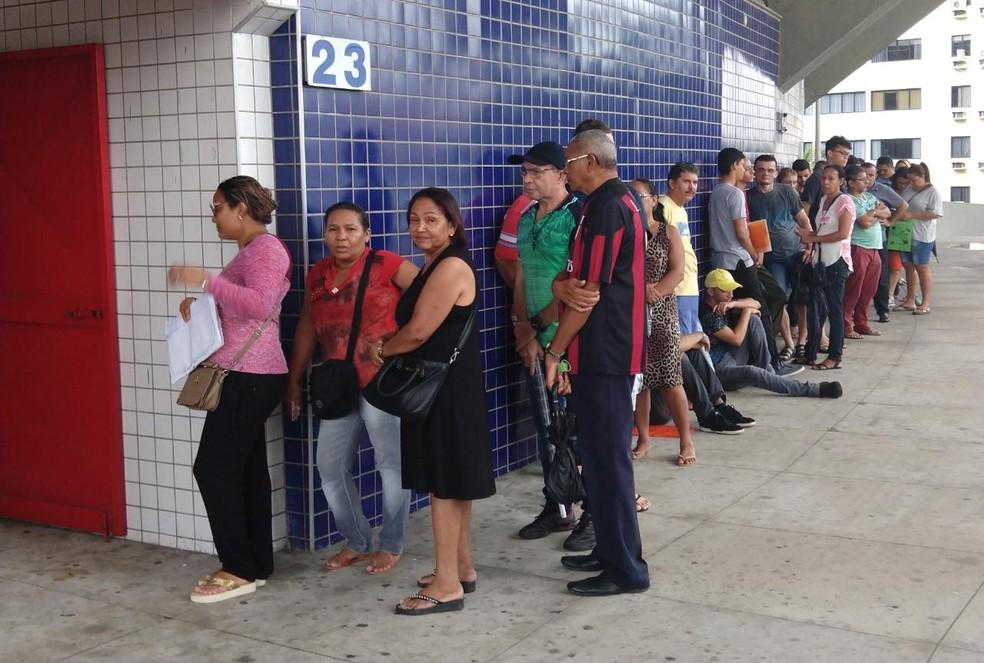 Resultado de imagem para eleitores na fila de espera