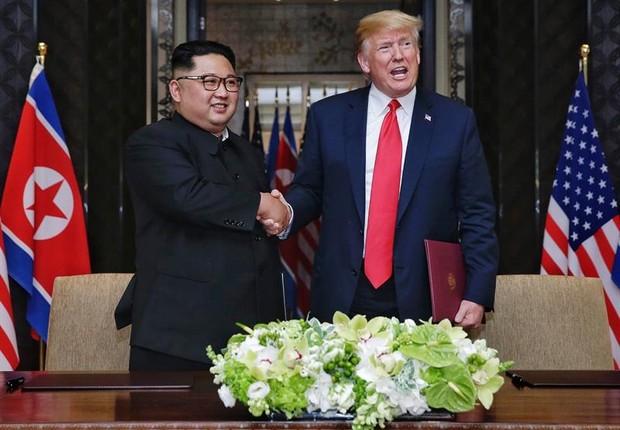 Kim Jong-un, presidente da Coreia do Norte, aperta as mãos de Donald Trump, presidente dos EUA, em encontro histórico realizado em Cingapura (Foto: EFE/ Kevin Lim / Foto cedida por The Straits Times)