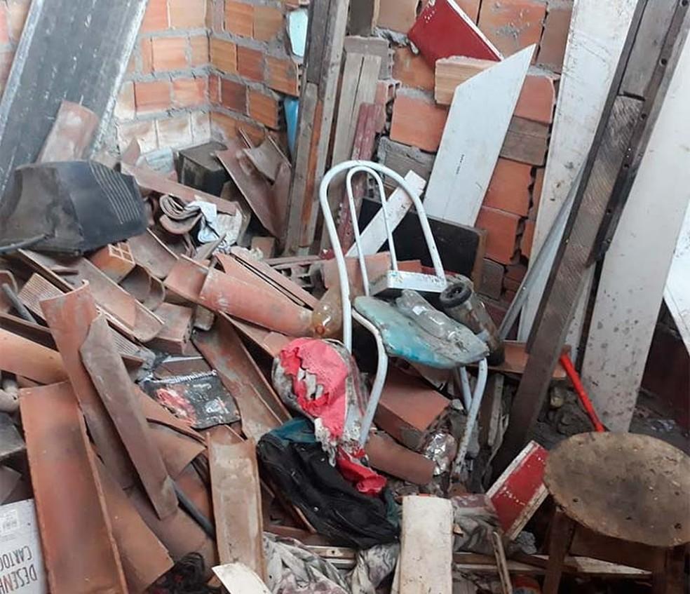 Telhas e objetos quebrados na casa onde o Rei da Matemática estava morando, no Conjunto Feira IX, em Feira de Santana — Foto: Paulo José/Acorda Cidade