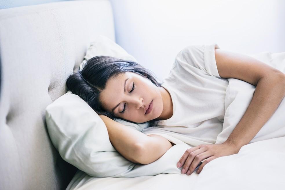 Boa noite de sono pode ajudar a evitar o desejo por alimentos ricos em gorduras e carboidratos (Foto: Getty Images)