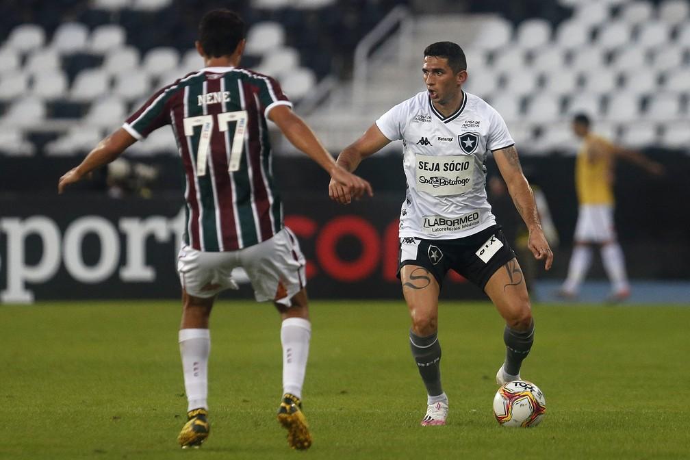 Danilo Barcelos em ação pelo Botafogo contra o Fluminense — Foto: Vitor Silva / Botafogo