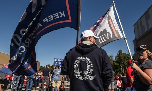 Manifestante usando camisa do QAnon participa de marcha pró-Trump em Nova York
