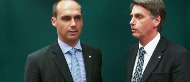 Os deputados Eduardo Bolsonaro e Jair Bolsonaro