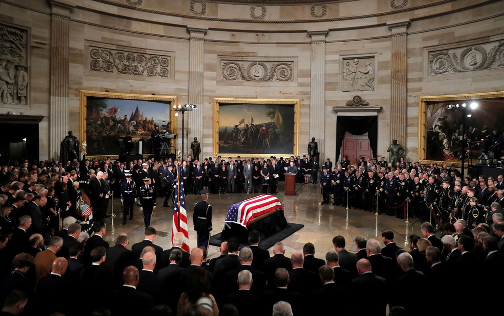 Caixão do ex-presidente George H.W. Bush é visto dentro do Capitólio, em Washington DC, na segunda-feira (3) — Foto: Reuters/Eric Thayer