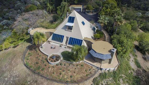 Parte de trás da casa que tem formato de pirâmide, localizada em Malibu, na Califórnia (Foto: Coldwell Banker/ TNI Press)