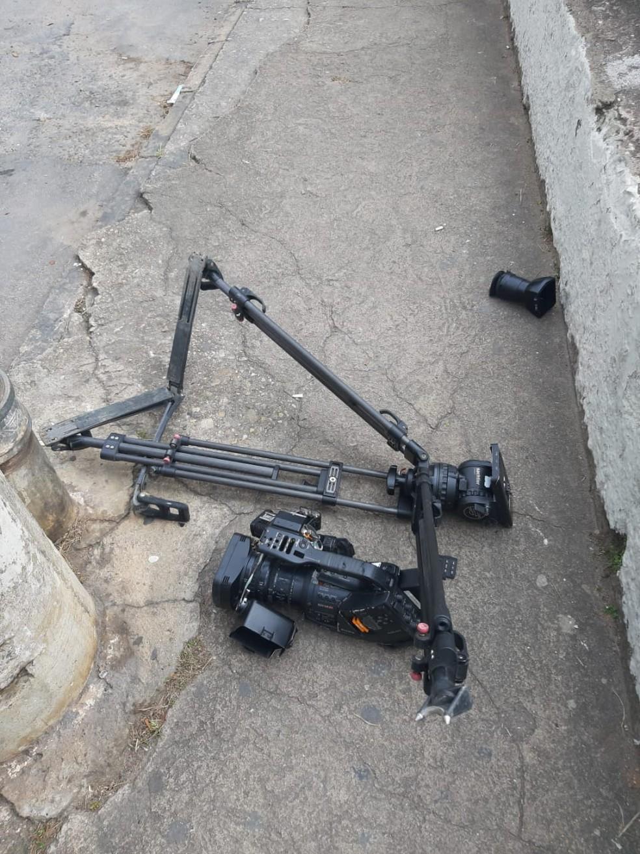 Equipamento de gravação foi destruído durante agressão em Barbacena — Foto: Reprodução/TV Integração