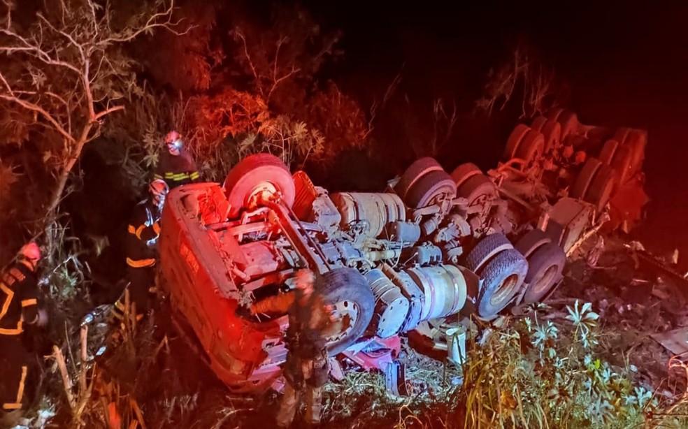 Carreta tombou às margens da BA-463 e motorista ficou preso às ferragens — Foto: Divulgação/Corpo de Bombeiros