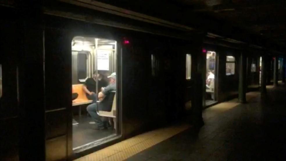 Blecaute em Nova York fecha estações de metrô e comércio neste sábado — Foto: Aleksandra Michalska/Reuters