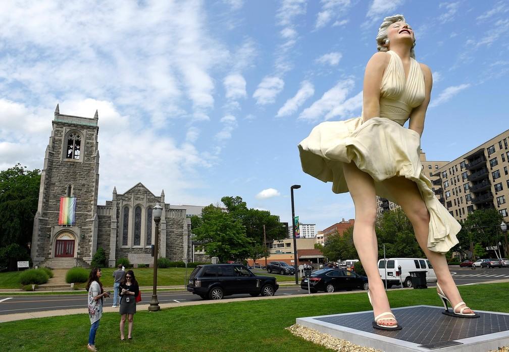 Estátua de Marilyn Monroe com calcinha à mostra perto de igreja gera polêmica nos EUA (Foto: Matthew Brown/Hearst Connecticut Media via AP)