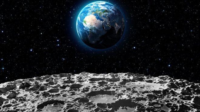 Cientistas acreditam que gelo encontrado na Lua poderia ser transformado em água potável para ocupantes de uma base lunar, ou até ser usado como combustível de foguete (Foto: GETTY IMAGES/via BBC News Brasil)