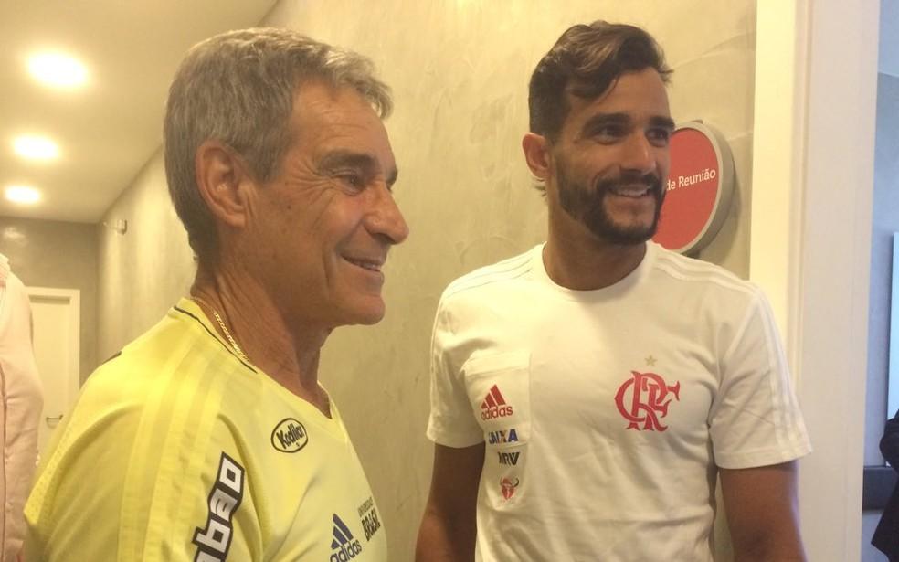 Henrique Dourado e Carpegiani: técnico encontrou centroavante para substituir Guerrero, ainda suspenso pela Fifa (Foto: Reprodução/Twitter Flamengo)