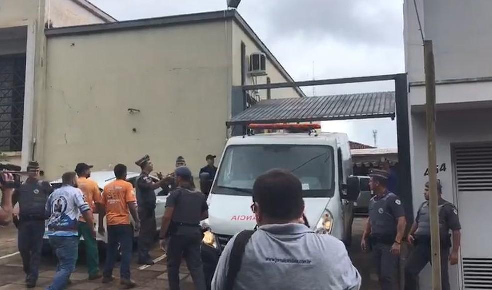 Réu chegou de ambulância ao Fórum de Bariri  — Foto: Vanessa Aguiar / TV TEM