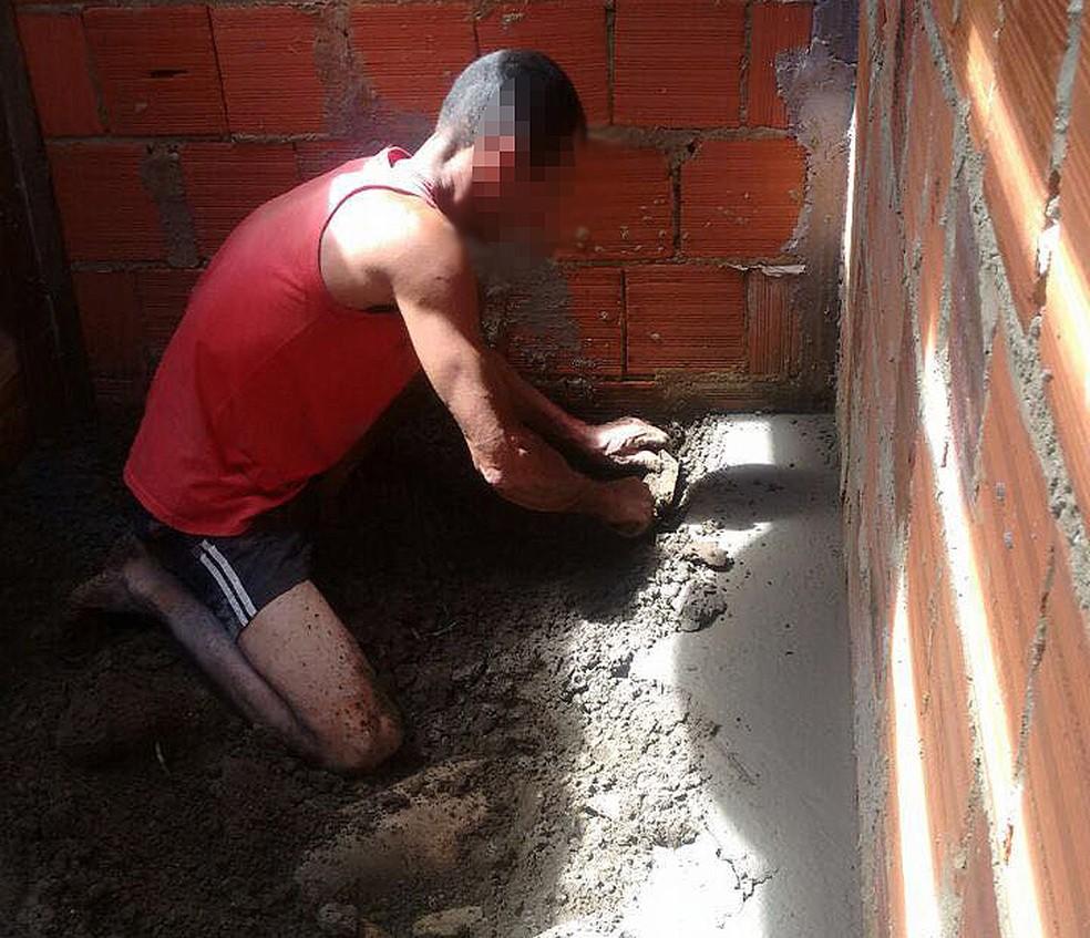 Jeferson confessou o crime e cavou novamente a cova para retirada do corpo da vítima (Foto: Polícia Civil/ Divulgação)