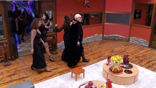 Ilmar mostra a casa para Claudia Ohana e Ney Latorraca: 'Esse quarto tem tudo a ver com 'Vamp'