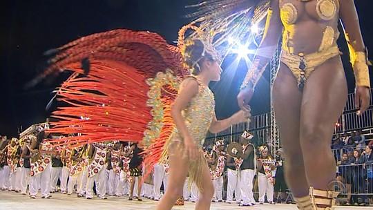 Menina de 7 anos desfila no carnaval no lugar da mãe morta em assalto