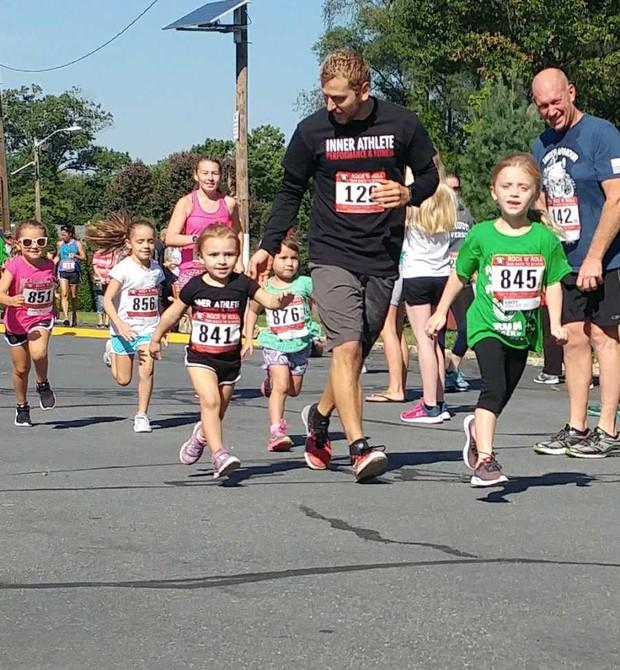 Brandom e Raina durante corrida de rua com crianças (Foto: Reprodução Facebook)