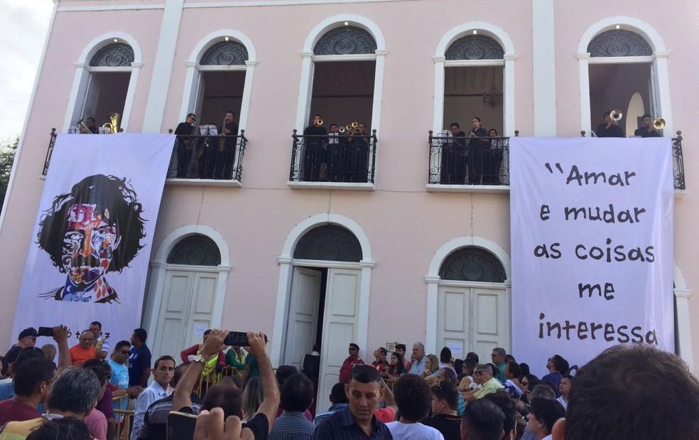 Fãs lotaram teatro onde foi sendo velado o corpo do cantor Belchior em Sobral, sua cidade natal (Foto: Dalwton Moura/Divulgação)