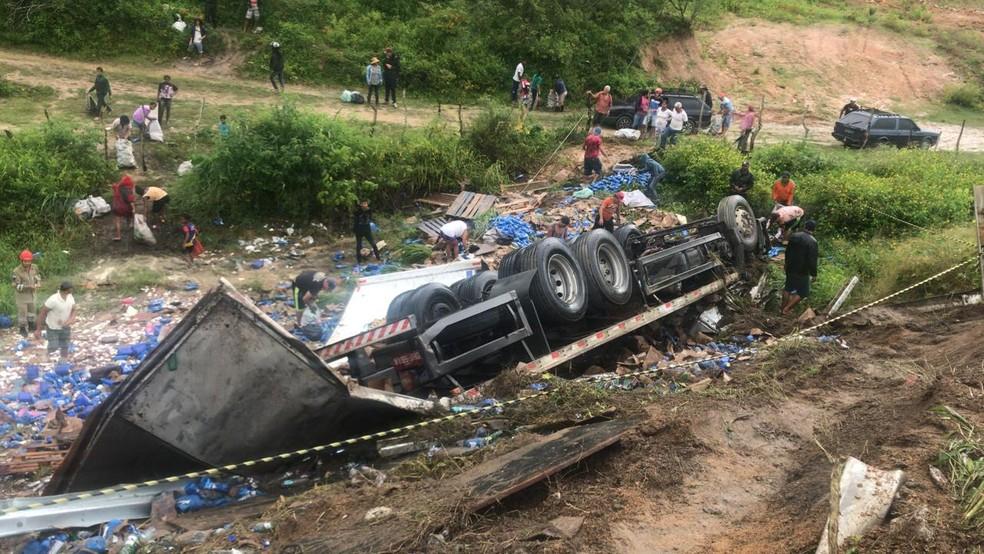 Caminhão tombou e carga foi saqueada na BR-104, em Panelas — Foto: PRF/Divulgação