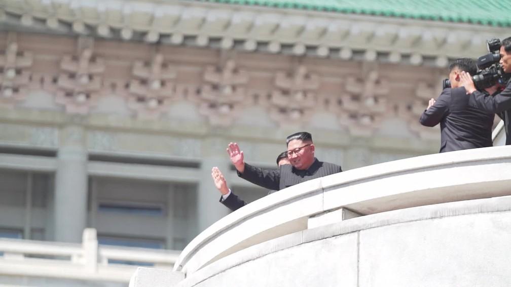 O líder norte-coreano Kim Jong-un acena para o povo no aniversário de 70 anos do país  — Foto: Reprodução/Fantástico