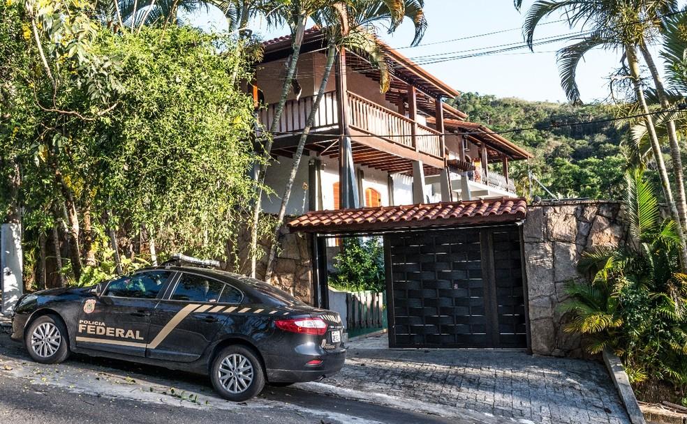 Policiais fizeram buscas na casa do ex-prefeito Ernane Primazzi (Foto: Celso Moraes/ Arquivo Pessoal)