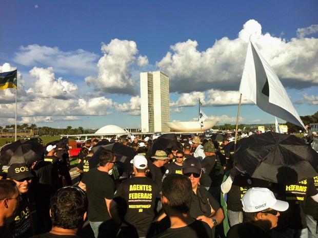 Policiais em frente ao Congresso Nacional (Foto: Lucas Nanini/G1)