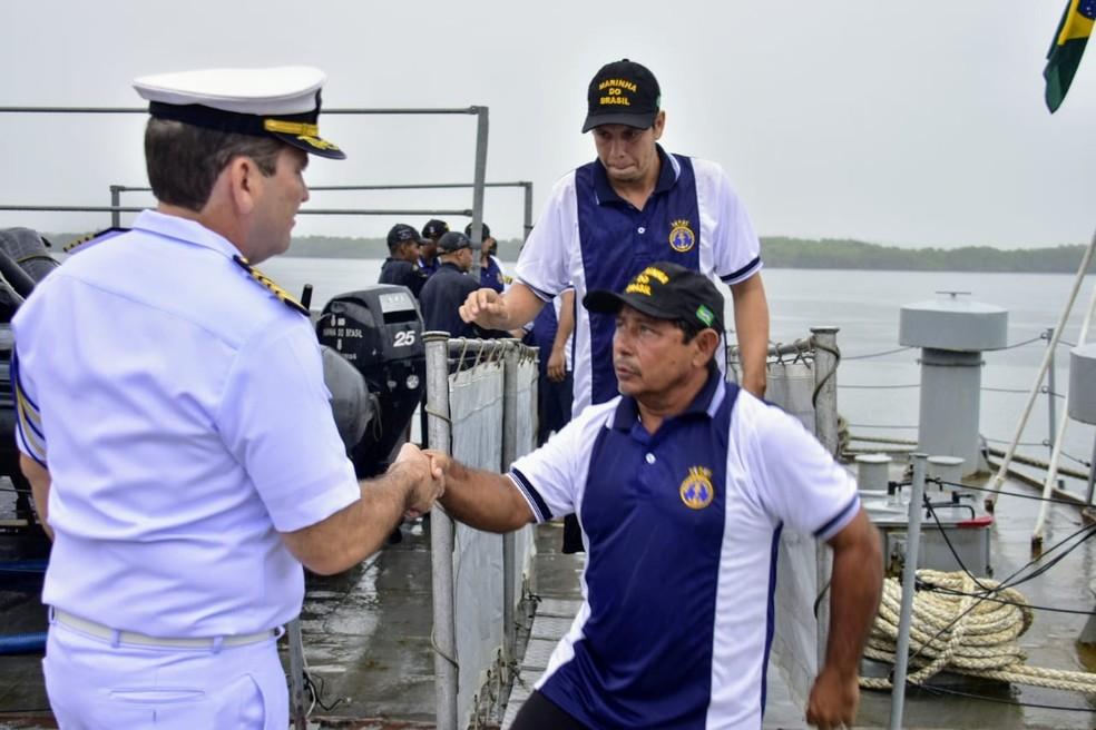 Náufragos resgatados pela Marinha chegam a Natal. Embarcação Navegantes seguia para Fernando de Noronha — Foto: Pedro Vitorino