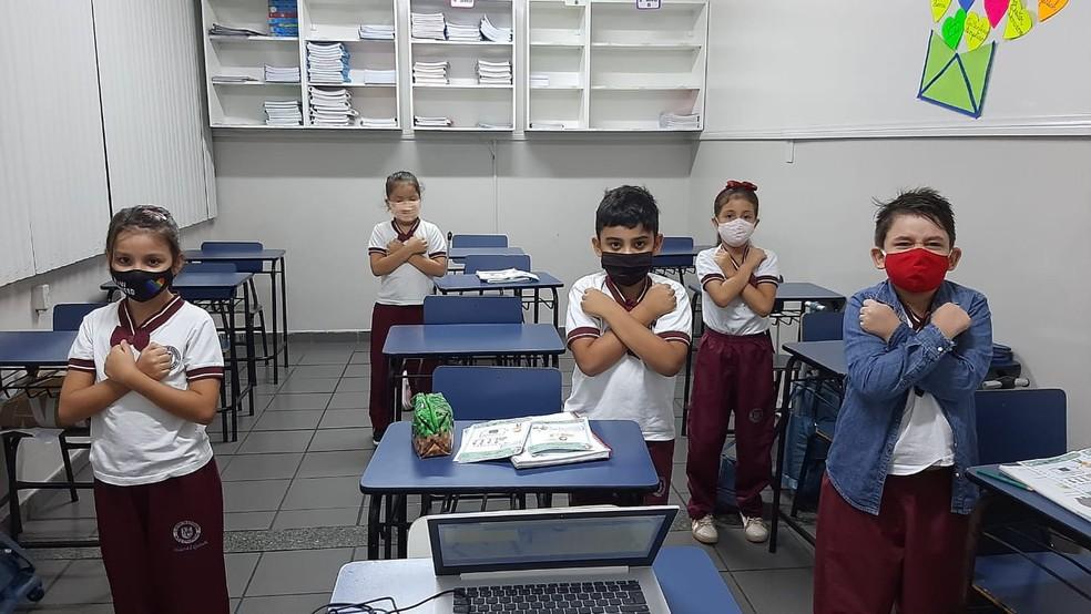 Alunos são orientados a se comunicarem por meio de sinais. — Foto: Divulgação