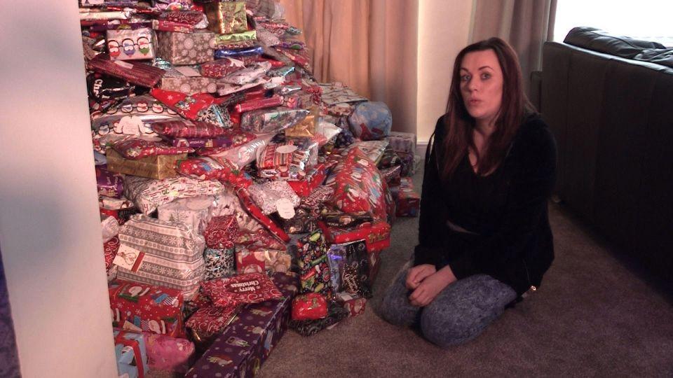 Emma diante da árvore de Natal bem recheada