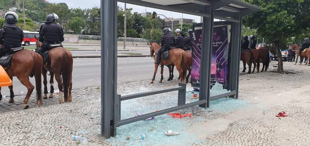 Ponto de ônibus depredado durante a confusão no Centro — Foto: Ari Peixoto/ TV Globo