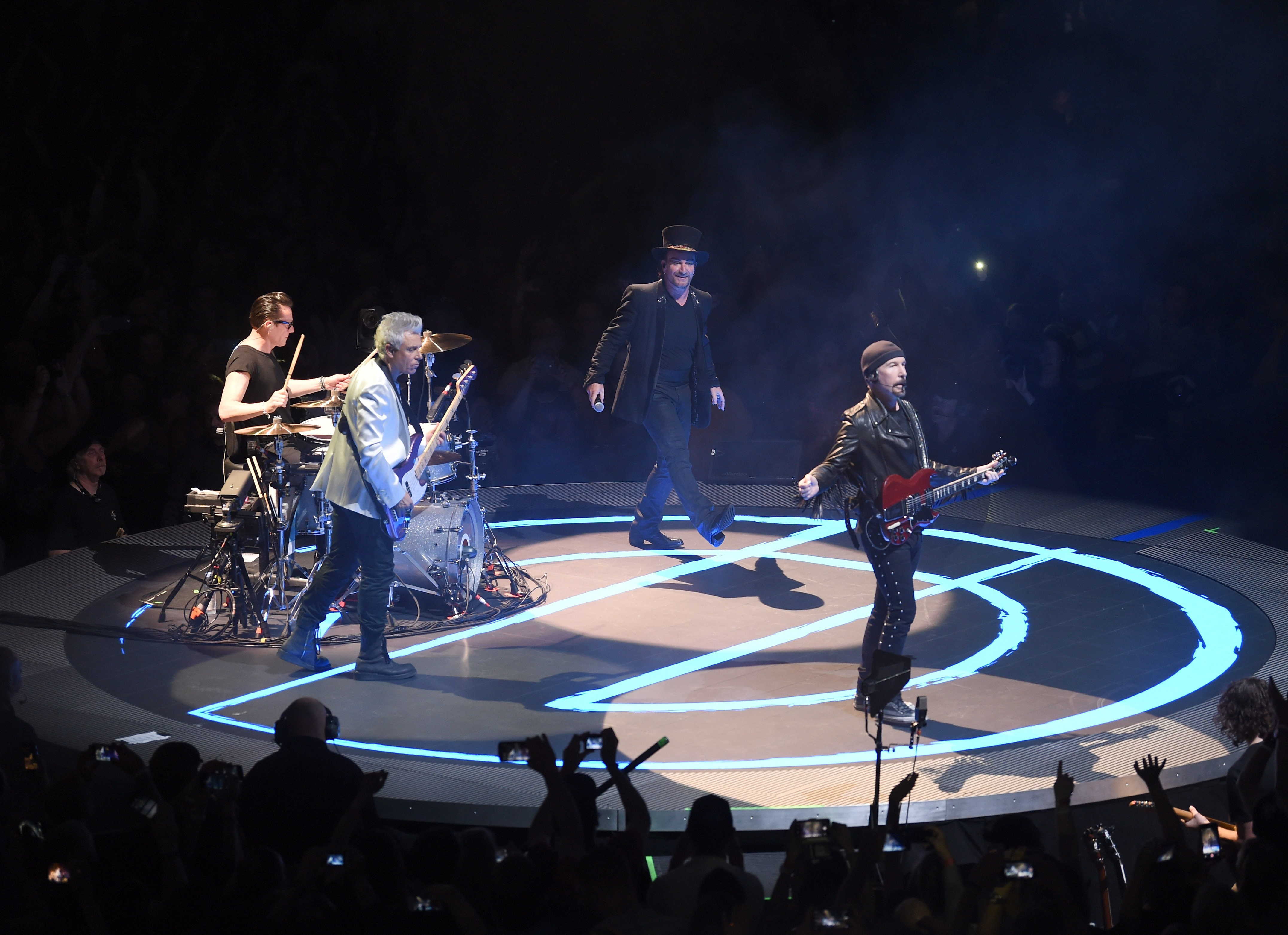 Os músicos do U2 durante um show recente (Foto: Getty Images)