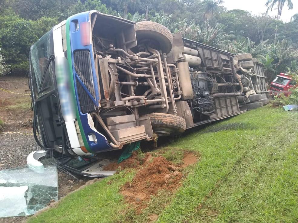 Ônibus que levava crianças tomba em Joinville na tarde desta sexta-feira (19) — Foto: Raphael Ribeiro/NSC TV