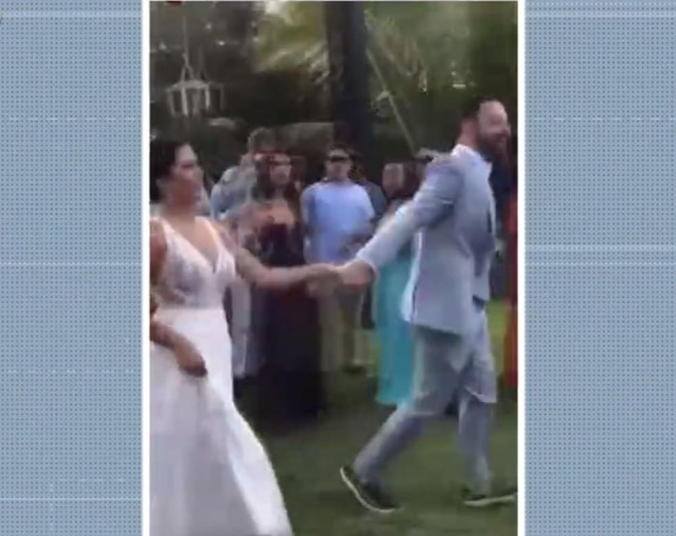 Médicos Ana Luísa Drumond e Marcel de Faria casaram na Bahia, em festa com aglomeração de mais de 300 pessoas — Foto: Reprodução/TV Bahia