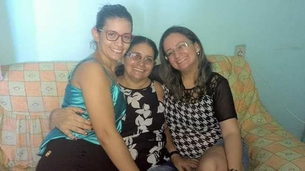 Lindomara (no colo), a filha caçula de Francisca, com a mãe e Idaliani — Foto: Arquivo pessoal
